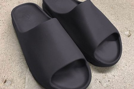 "YEEZY SLIDE ""SOOT & CORE""が今秋発売予定"